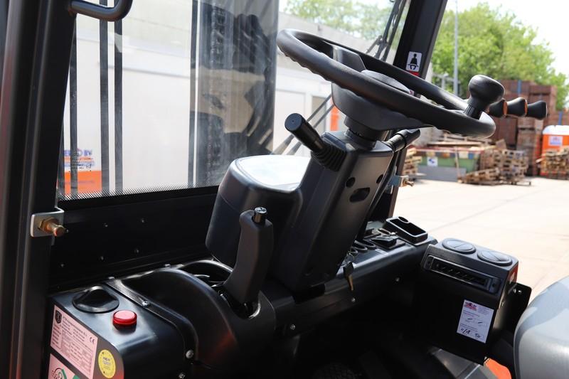Ruwterrein-Heftruck diesel/4x4 huren